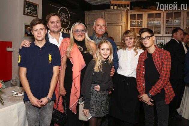 Никита Михалков с супругой Татьяной, сыном Артемом, дочкой Анной, а также с внуками: Андреем, Сергеем и Натальей