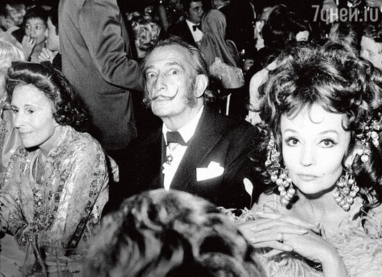 За шоу наблюдают Сальвадор Дали, его жена Гала (слева), балерина и актриса Людмила Черина (справа). 1978 г.