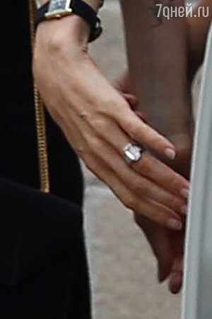 На Анджелине Джоли старинное золотое кольцо, принадлежавшее его бабушке Брэда Питта