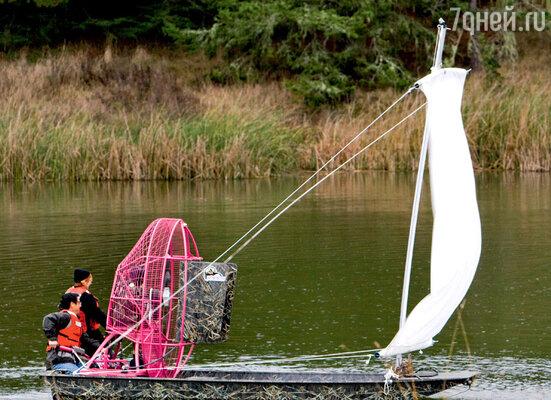 «Разрушители» проверяют миф о том, что лодка будет двигаться, если команда посильнее дунет в парус