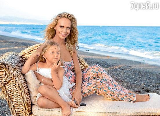 Наталья Чистякова-Ионова с дочерью Лидой. На берегу Средиземного моря
