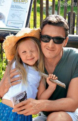 Александр Чистяков с дочерью в зоопарке города Марбелья