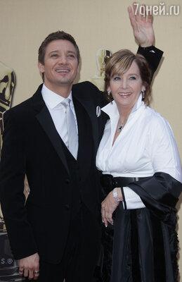 На вручение «Оскаров» Реннер решил пригласить свою маму. Оба чувствовали себя на церемонии не в своей тарелке
