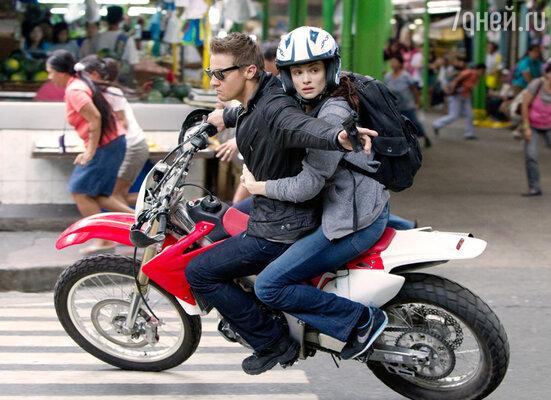 За роль в «Эволюции Борна» Реннеру заплатили пять миллионов долларов. Он, конечно, выложился по полной: с риском для жизни гонял на мотоцикле по улицам Манилы. Кадр из фильма