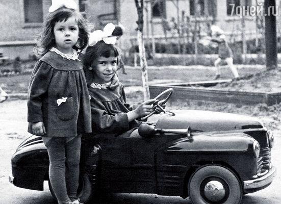 В детстве я нередко прибегала домой вся в копоти и пахла костром. Мы жили в Донбассе, вокруг простиралась степь с черными конусами терриконов. Оксана с сестрой Мариной в детском саду