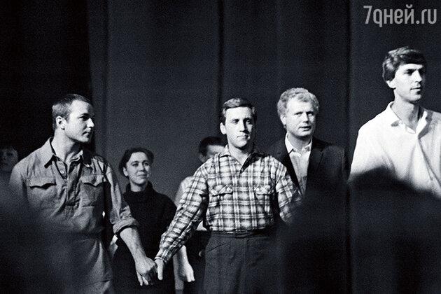 Юрий Смирнов, Губенко, Высоцкий, и Хмельницкий в спектакле «Павшие и живые», 1967 год