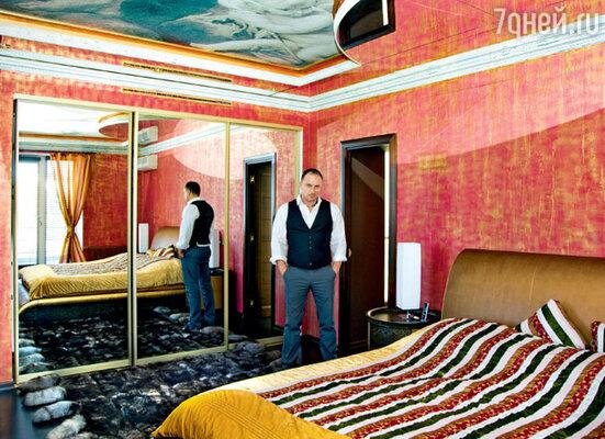 В загородном доме Дмитрия Нагиева всего одна спальня — хозяйская. Ее изюминка — расписной плафон на потолке в стиле эпохи Возрождения