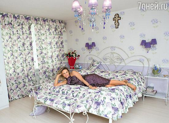 Кованая мебель в спальне была давней мечтой Аллы Довлатовой. А в обои и занавески с цветами сирени она влюбилась с первого взгляда