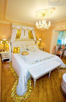 Усилиями известного итальянского дизайнера опочивальня Надежды Кадышевой выдержана в «дворцовом» стиле. Белоснежная кровать с широченным матрасом украшена золотыми накладками и резьбой, покрывало из дорогого атласа выполнено в виде королевской мантии