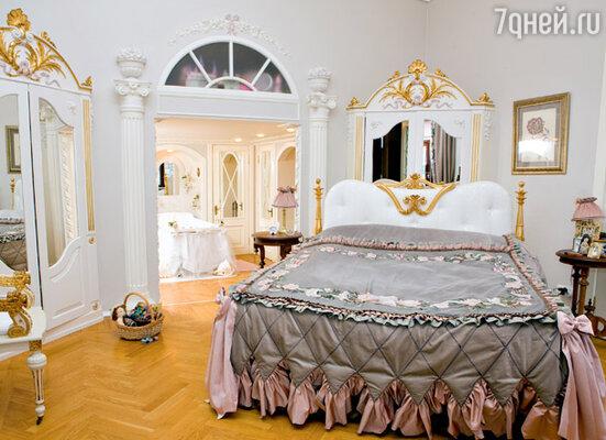 Увидев в магазине роскошную кровать за 17 тысяч евро с ручной резьбой и золочением, Анастасия Мельникова заказала питерским мастерам точно такую же. Вышло гораздо дешевле и ничуть не хуже