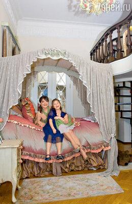 Для дочки Маши актриса приобрела кровать с балдахином