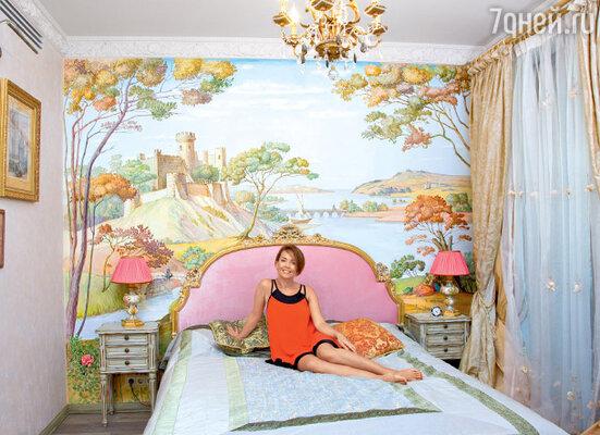 Роспись над изголовьем кровати Жанны Фриске — идея знакомого дизайнера. Результат привел певицу в восторг