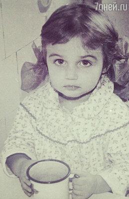 Сегодня Алена Водонаева в честь своего дня рождения опубликовала фото из детства. На этом снимке ей 2 года
