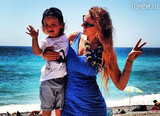 Алена Водонаева с сыном Богданом отдыхает во французском городе Антиб. Июнь 2013 год