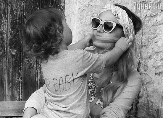 Алена Водонаева с сыном Богданом, июнь 2013 года. «Суть взаимоотношений мужчин и женщин»