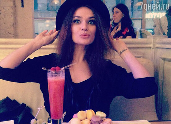 Алена Водонаева, 20 марта 2013 года. «Немножечко любимых макарун! Аминь!»