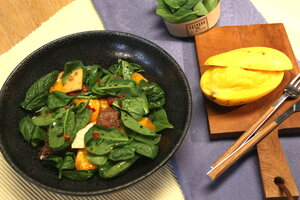 Cалат с жареной говядиной и манго: рецепт от ведущей Елены Усановой