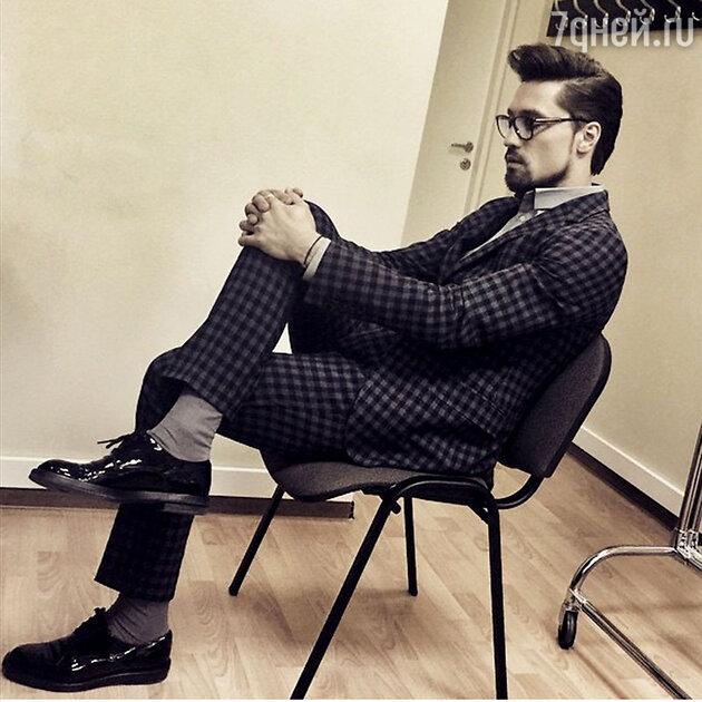 Клетчатый костюм Дима надевает с лакированными ботинками