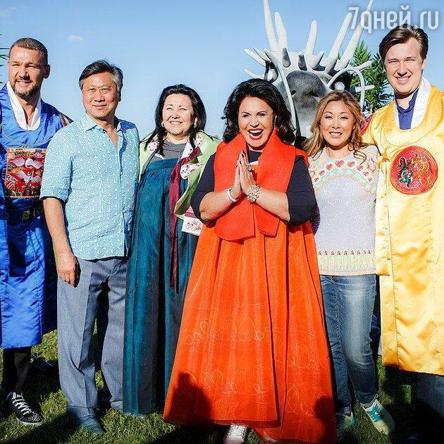 Надежда Бабкина примерила национальный корейский костюм