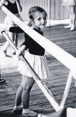 Подрастая и узнав легенду номер два,  я воображала себя уже сразу готовой танцовщицей. Кружилась и кружилась...