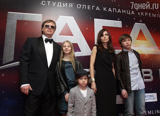 Продюсер Олег Капанец с семьей