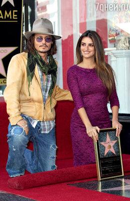 С Джонни Деппом на открытии собственной звезды в Голливуде. Лос-Анджелес, апрель 2011 г.