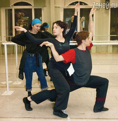 Чулпан Хаматова и ее партнер Андрей Меркурьев репетируют под присмотром Аллы Сигаловой