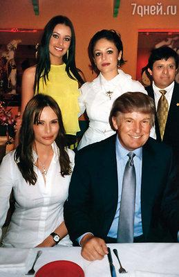 Дональд Трамп, владелец конкурса «Мисс Вселенная», был не прочь за мной поухаживать.(Оксана — вверху, крайняя слева)