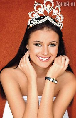 Корону из белого золота для конкурса «Мисс Вселенная» сделал господин Микимото. В ней было 500 бриллиантов и 120 жемчужин
