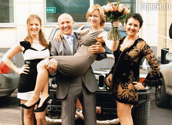 Николай Лукинский с женой Ириной и дочерьми Дашей и Олей