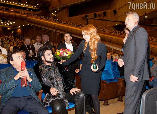 Филипп Киркоров всегда поддерживал Стоцкую в трудные моменты, и сейчас артисты — хорошие друзья. На заднем плане — супруг певицы Сергей 2013 год