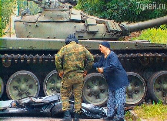 Нина Русланова всерьез поверила, что под танком лежат обломки ее новой машины