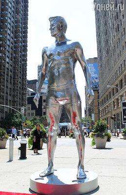 Статуя футболиста в Нью-Йорке