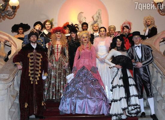 Статисты в костюмах, предоставленных Мариинским театром специально для бала