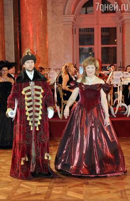 Хозяйка бала Наталия Хольцмюллер объявляет бал открытым