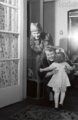 «Что говорили за спиной, Рыбникова иЛарионову не волновало. Переверзев был вычеркнут из их жизни: какговорится, отрезали и забыли. Сам он тоже не проявлялся, никогда не пытался объясниться с Аллой, увидеться со своей дочерью Аленой». (Рыбников и Ларионова с дочерью Аленой в своей квартире. 1961 г.)