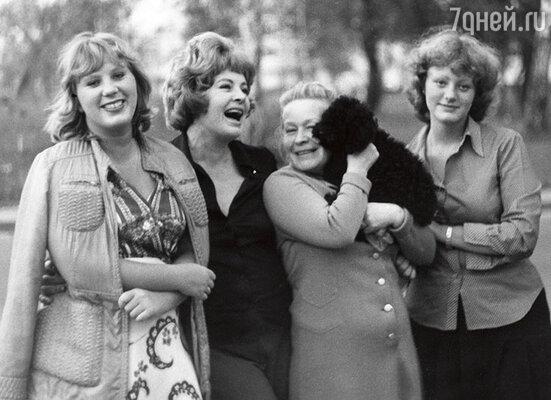 АллаЛларионова с подругой Светланой Павловой и дочерьми Аленой и Ариной. Москва, 1976 г.