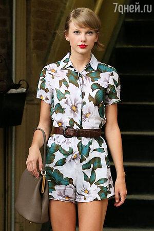 Тейлор Свифт в комбинезоне от TopShop, с сумкой от Dolce & Gabbana
