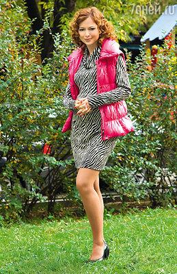 «Уверена, беременность — не повод отказываться от коротких платьев!». На Елене платье и жилет Laurel