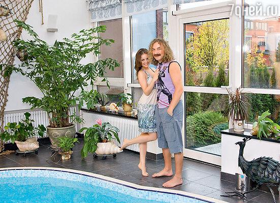 Игорь Николаев с женой Юлей Проскуряковой в своем подмосковном таунхаусе