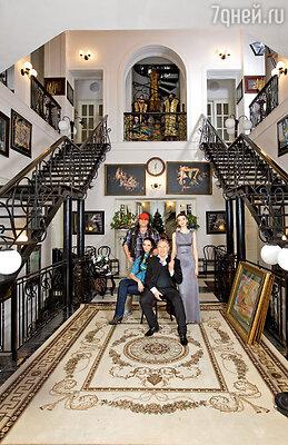 Вячеслав Зайцев в своем загородном доме-музее с сыном Егором, невесткой Катей и внучкой Марусей