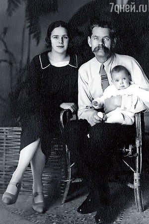 Максим Горький с невесткой Надеждой и внучкой Марфой