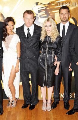 В первый же съемочный день «Рок-н-ролльщика» Джерри подхватил грипп, и жена Гая, великая и ужасная Мадонна, спасала его от головной боли и кашля. (На снимке: Тэнди Ньютон, Гай Ричи, Мадонна, Джерард Батлер)