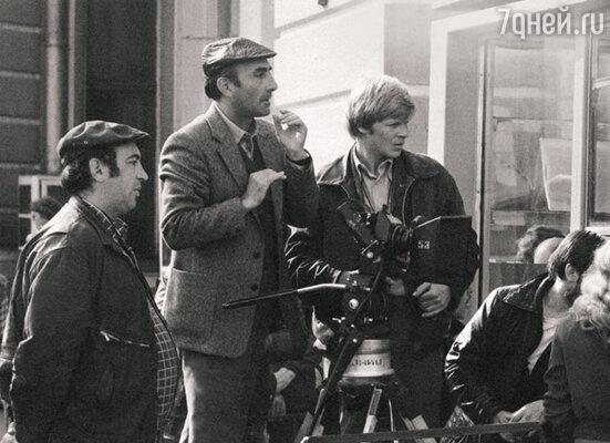Режиссер Сергей Микаэлян (в центре) на съемочной площадке фильма «Влюблен по собственному желанию»