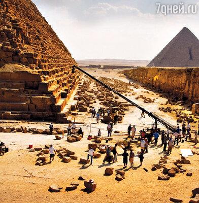 Съемочная группа фильма «Трансформеры: Месть падшего» вольготно расположилась у подножия пирамид, практически сливаясь с местным населением и многочисленными туристами