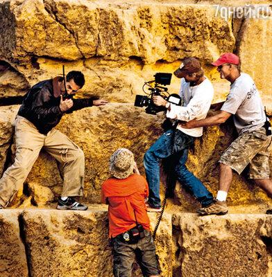 Работать с режиссером Майклом Бэем (в центре с камерой) — не поле перейти. Он любит делать то, что вовсе и не входит в его прямые обязанности, например залезает на пирамиду и лично снимает актера Джона Туртурро (слева)