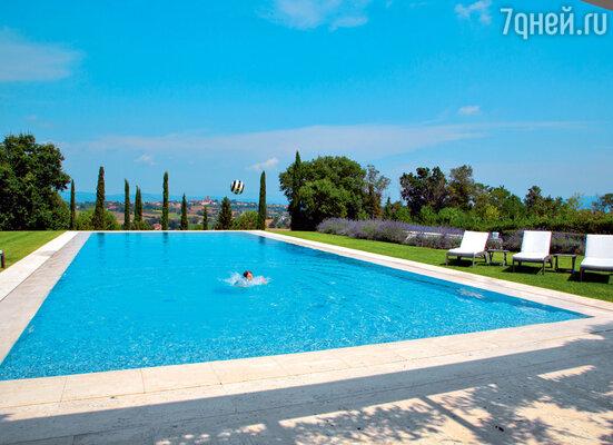 От бассейна у дома в Тоскане открывается прекрасный вид на город
