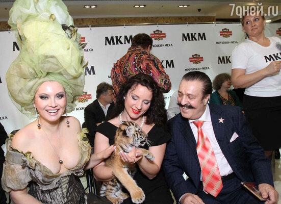 Среди модниц выделялась Карина Багдасарова с ручным тигренком