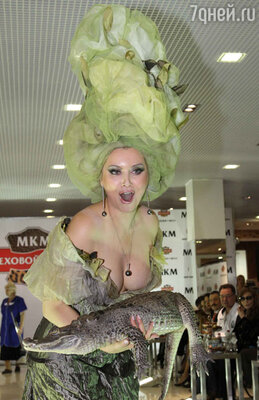 Неугонный Алибасов надел крокодильчика Лениной на голову, и когда он попытался укусить Лену, зубастую пасть надежно замотали скотчем
