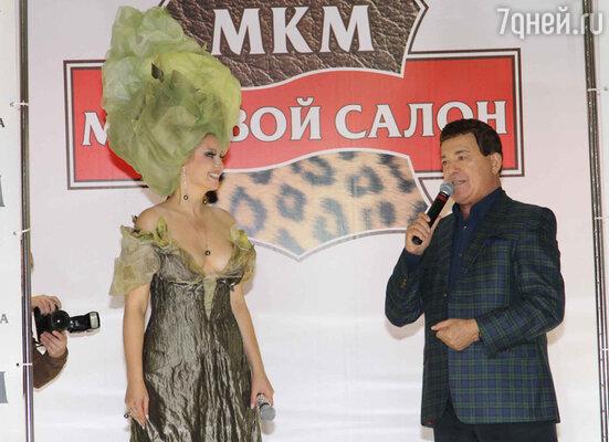 Иосиф Кобзон преподнес Лениной цветы и спел «Как здорово, что все мы здесь, у Лены собрались»